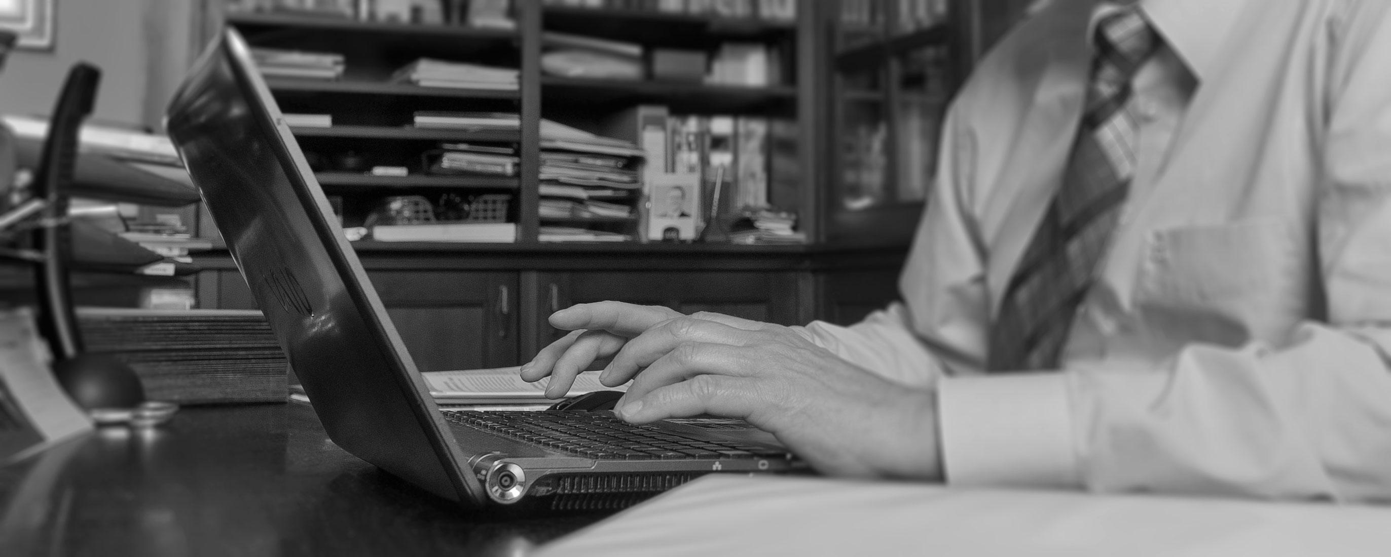 Service-Mitarbeiter tippt am Laptop
