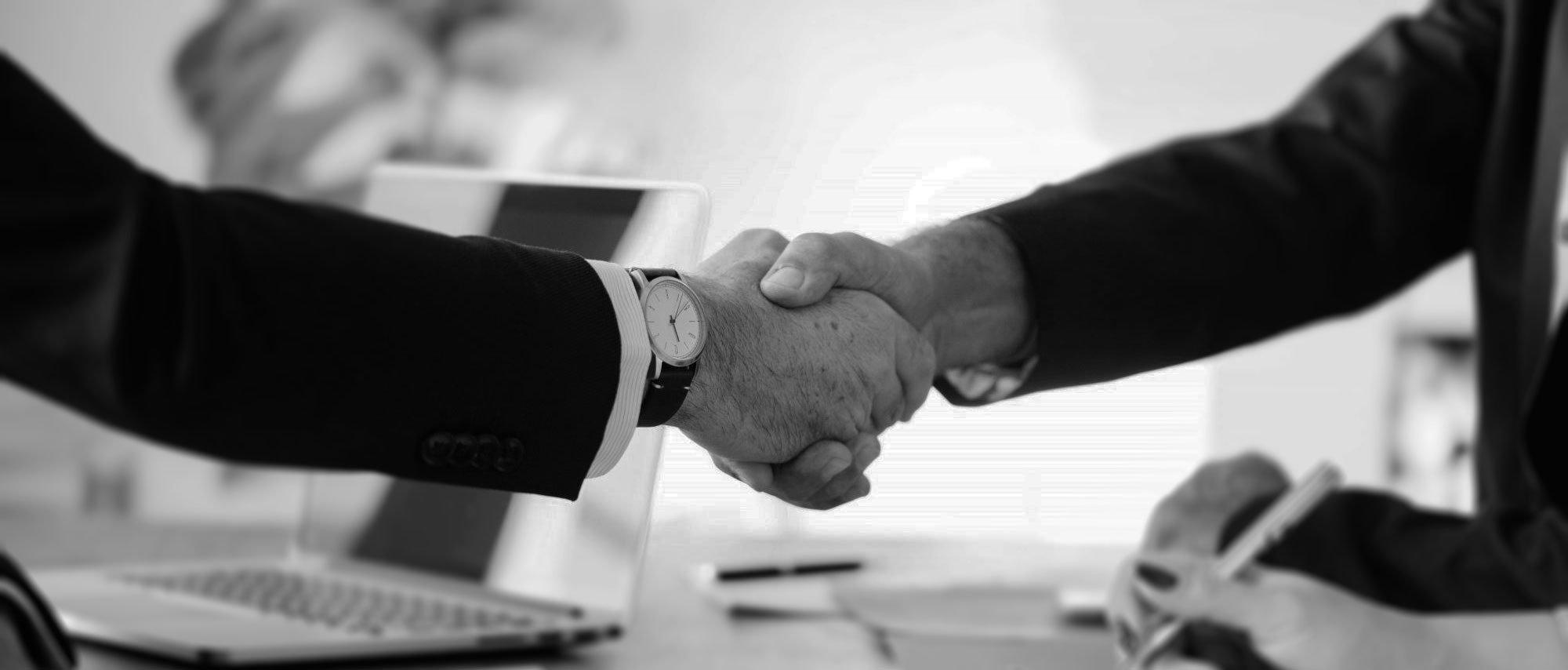 Handschlag zwischen zwei Geschäftskunden