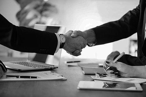 Händeschlag zwischen Geschäftskunden